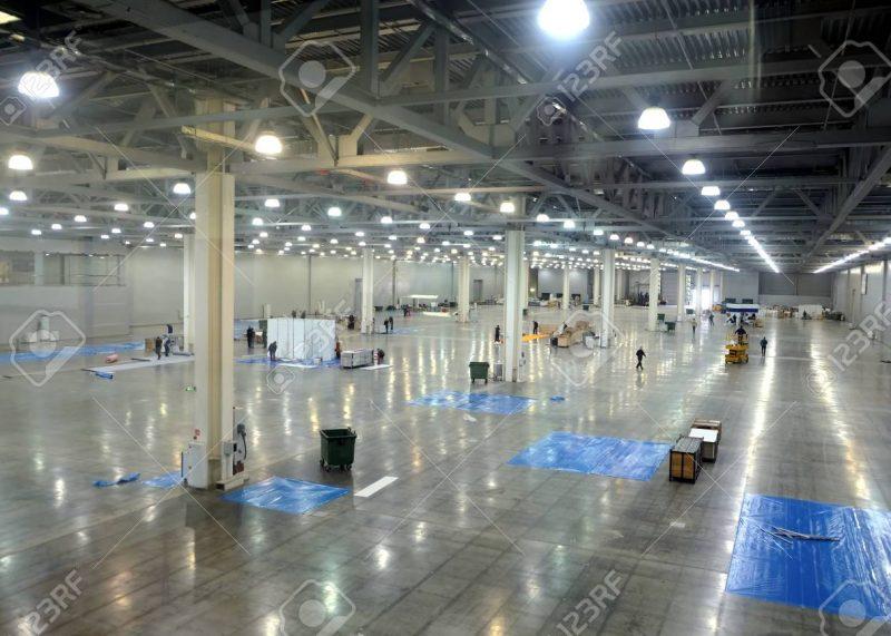 99843007-grande-interno-vuoto-del-magazzino-in-un-fabbricato-industriale-con-le-alte-colonne-verticali
